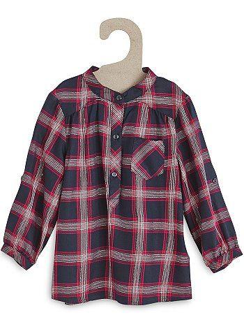 Blouse écossaise et fils brillants Petite fille 8,00€ Chemise, blouse Coup de coeur pour cette blouse à carreaux ! On adore les fils métallisés qui viennent féminiser la