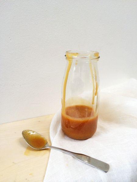 Salted caramel maken - Deze karamel smaakt echt overal lekker bij. Met taart, bij de appelbollen, koekjes maar ook over je vanille ijs. Kijk naar de foto's