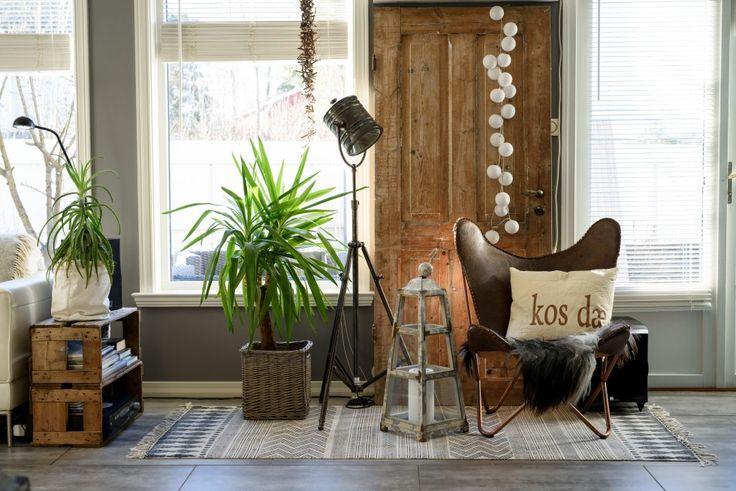 En gammel dør og en brun skinnstol med ei pute Sølvis venninne har laget, skaper god stemning.