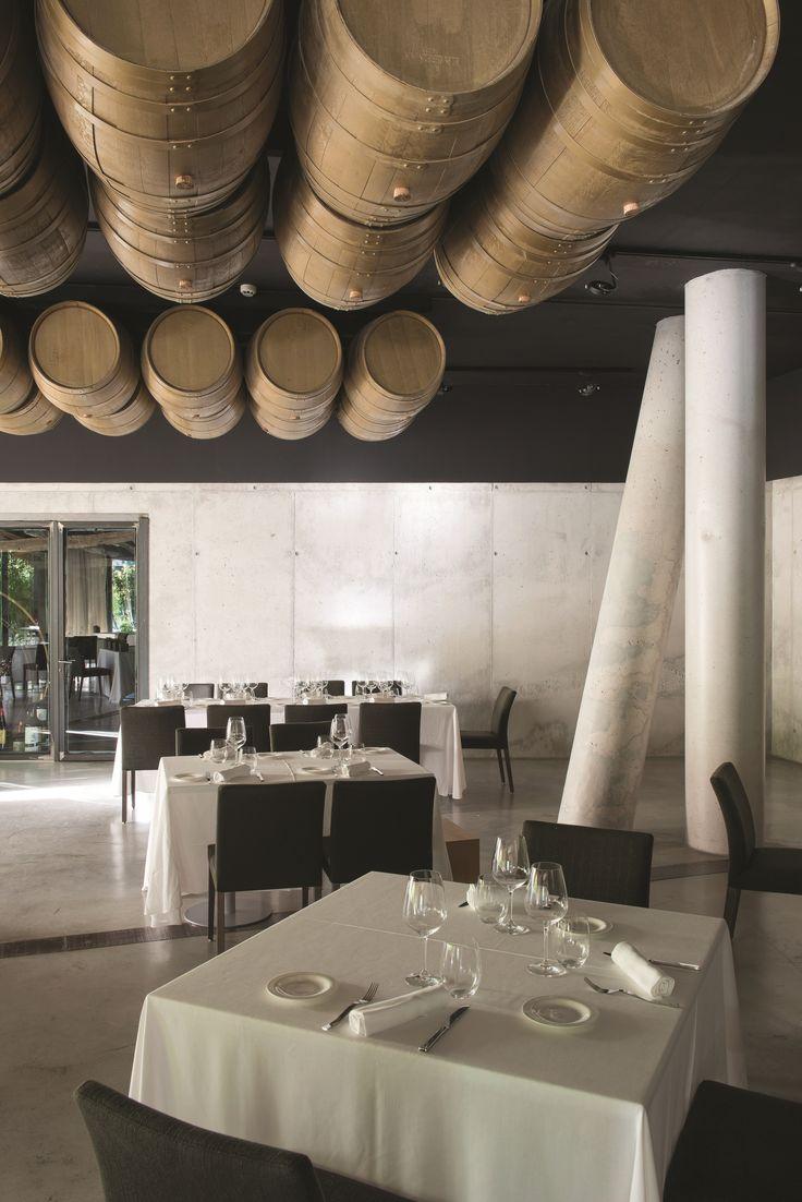 리오하의 평화로운 거리 곳곳에는 현지의 와인을 시음할 수 있는 다양한 바와 레스토랑이 자리하고 있다. 최상의 서비스와 좋은 전망의 객실, 현대적인 스타일을 보유한 호텔은 여행객을 사로잡는다. | Lexus i-Magazine 다운로드 ▶ www.lexus.co.kr/magazine #Lexus  #Magazine #Rioja
