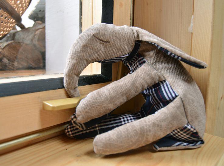 Ten co spí u Vás na okně Látka bavlna a manšestr. Délka s ocáskem 26cm Výplň: duté vlákno, zbytky látek Dekorativní hračka