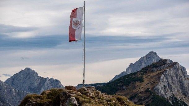 Die österreichische Flagge am 8. Oktober 2014 in Tirol vor dem Alpenpanorama http://www.faz.net/aktuell/politik/politische-buecher/oesterreich-1914-bis-1918-grosses-durchhaltevermoegen-13889712.html