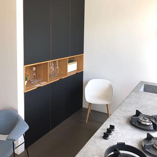 Mooie eigenzinnige materialen; strak, met subtiele elementen en perfect afgewerkt voor de betreffende toepassing. Zo ontwerpen en maken wij elke #maatwerk oplossing voor #woonkamer #keuken slaapkamer en #werkplek.