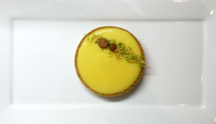 La tarte au citron est un vrai classique de la pâtisserie française. Deux écoles s'affrontent et se côtoient à la table des plus grands pâtissiers: avec ou sans meringue? Dans ma recette, j'ai ch…