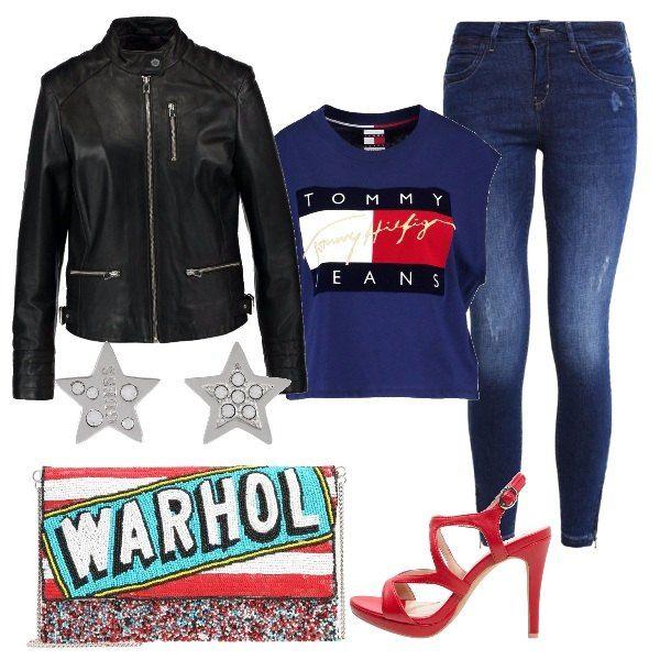 L'outfit è composto da una giacca in pelle nera, una t-shirt con logo stampato Tommy Hilfiger ed un paio di jeans skinny fit. Il look si completa con pochette multicolore Pepe Jeans London, un paio di sandali rossi con tacco e degli orecchini a stella Guess.