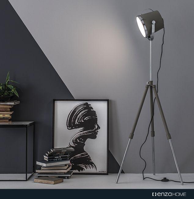 Modernist tasarım çizgilerinin endüstriyel dokunuşlarla harmanlandığı Aperture Lambader, cam kaplamalı özel başlığıyla şık ve sıra dışı bir ayrıntıya dönüşüyor.