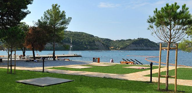 Tалассоцентр Струньян, Словения,  Tалассоцентр Струньян лежит в мирном заливе Струньян, утопая в зелени соснового бора, вблизи солеварен.