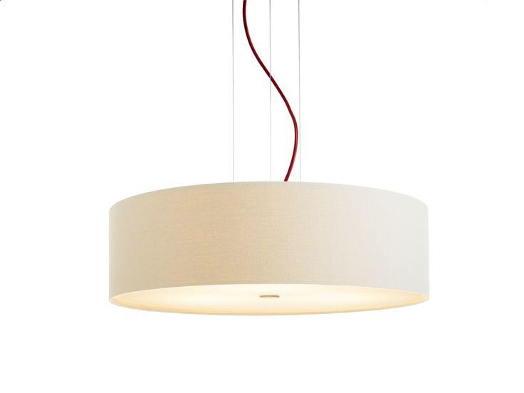 DOMUS STEN Linum - Pendelleuchte besticht durch ihre puristische Formgebung und die ausgesuchten Materialien. Aufgehängt an drei Stahlseilen, textilumsponnene Zuleitung, zylindrischer Lampenkorpus. Unten mit einem Diffusor aus satiniertem Acrylglas versehen, bezaubert die obere Blende mit einem strahlenförmiges Licht- und Schattenspiel an der Decke. Der in drei Farben erhältliche Lampenschirm entwickelt bei Beleuchtung eine faszinierende Dynamik und Dreidimensionalität.