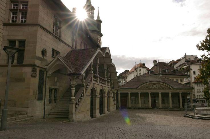Het voormalige stadhuis in Fribourg. Links ervan vanavond voortreffelijk gegeten. #photography #travelphotography #traveller #canon #canonnederland #canon_photos #fotocursus #fotoreis #travelblog #reizen #reisjournalist #travelwriter#fotoworkshop #fotocursus #willemlaros.nl #reisfotografie #moto73 #suzuki #v-strom #MySuzuki #motorbike #motorfiets  #switzerland #zwitserland #grandtour #fb #tw