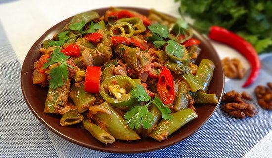 Рецепт приготовления грузинского Лобио: зеленая фасоль с грецкими орехами, сладким перцем, белым луком, пажитником, имеретинским шафраном (Lobio - ლობიო)
