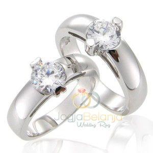 Kilau batu zircon putih terpasang cantik di cincin koleksi kami seri Cincin Kawin Paradina. Desainnya yang sederhana berpadu dengan batu zircon putih yang di pasang di tengah cincin. Finishing kilap pada kedua cincin semakin menyempurnakan kilau mewah cincin berbahan perak 925 ini. Untuk anda pasangan yang menjelang hari bahagia namun belum jua menemukan pilihan cincin …