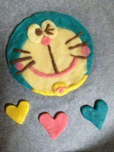 子供達の大好きなキャラクター。 ドラえもんやディズニーキャラクター、プリキュアなどなど、、、。 リクエストされた事、ありませんか?? ケーキ屋さんに頼むと結構お値段しますし、出来ないところもありますよね(^^;; そこで! お子様方のお誕生日ケーキを、おうちで簡単に可愛いキャラクターケーキにしてみませんか? カラフルなクッキー生地で粘土のように形を作って焼くだけ♪♪ お子さんと作っても楽しいですよ(^ー^) 市販のケーキに乗せても良いですし、ケーキから手作りしても良いですね♪ クッキーのみで楽しむのもカラフルで楽しいですね♪ チョコペンでキャラチョコを作るより、簡単。 不器用さんでも、きっと、出来ると思いますので是非トライしてみて下さいね♪ チョコペンで作るキャラチョコの作り方もご参考までに♪↓↓↓ クリスマス、ハロウィン、イースターなどに作ろう♪カラフルクッキーの作り方はこちら↓↓↓ 誕生日ケーキデコに♪キャラクッキー♪ ★ 材料 ★ ケーキ用マーガリン 50g グラニュー糖 30g 薄力粉 90g バニラエッセンス 少々 チョコペン 適量 食紅、ココアなど。お好きな色の色素…
