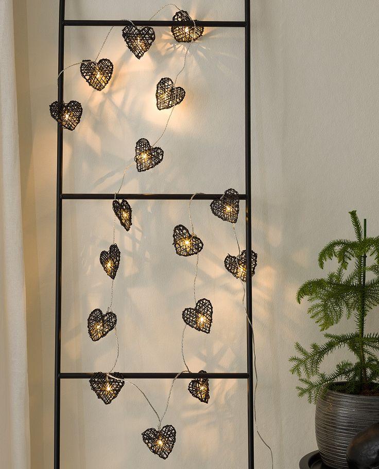 Stilren og vakker lysslynge med 16 sorte, flettede hjerter fra Konstsmide. LED lysslyngen gir et varmt og lunt lys og har et meget lekkert lysspill, spesielt plassert mot en vegg.