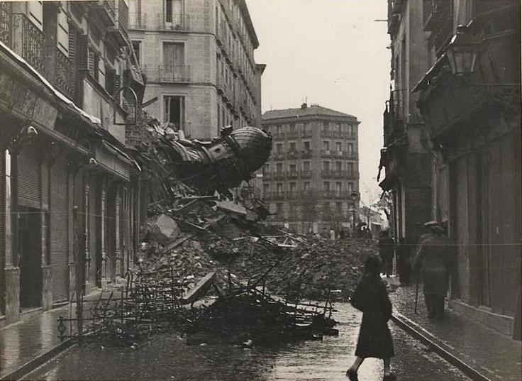 Tremenda imagen de la destrucción de La Casa del Torreón de la calle Estudios de Madrid tras un bombardeo en 1937