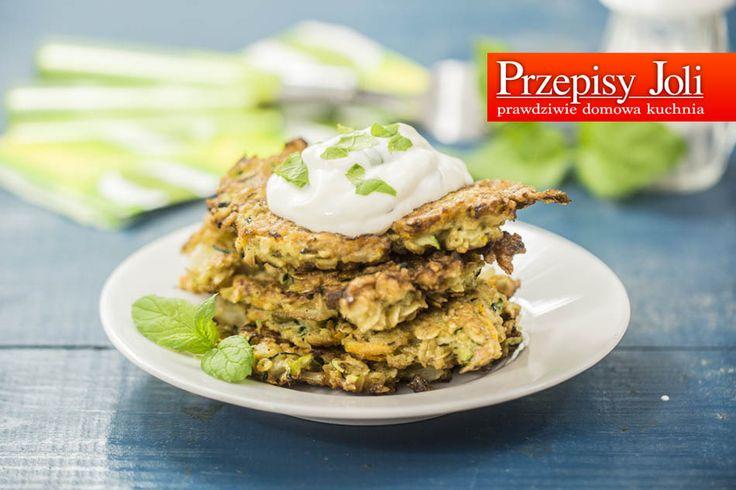 PLACKI Z CUKINII BEZ MĄKI (FIT) - lżejszy, wegetariański obiad z aromatycznym sosem.