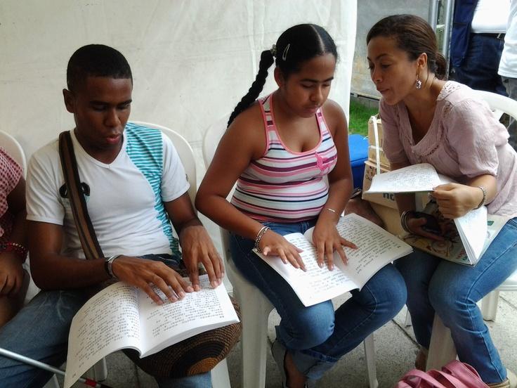 Niñas y niños con discapacidad visual se unieron a la jornada de lectura en el Clásico RCN.  Crédito Adriana Gómez.