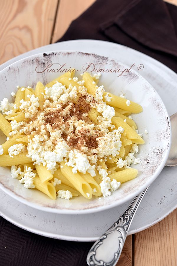 Makaron z serem i cukrem to potrawa z dzieciństwa. To tani, prosty i bardzo szybki obiad.
