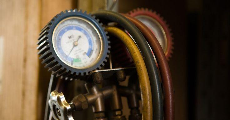 Los peligros de un compresor de aire. Un compresor de aire es un dispositivo mecánico que se utiliza para tirar grandes cantidades de aire hacia un cilindro. Este aire se presuriza debido al limitado espacio disponible. Cuando se libera del compresor a través de una manguera, el aire a presión tiene varios propósitos. Ya sea que el compresor de aire se utilice para inflar los ...