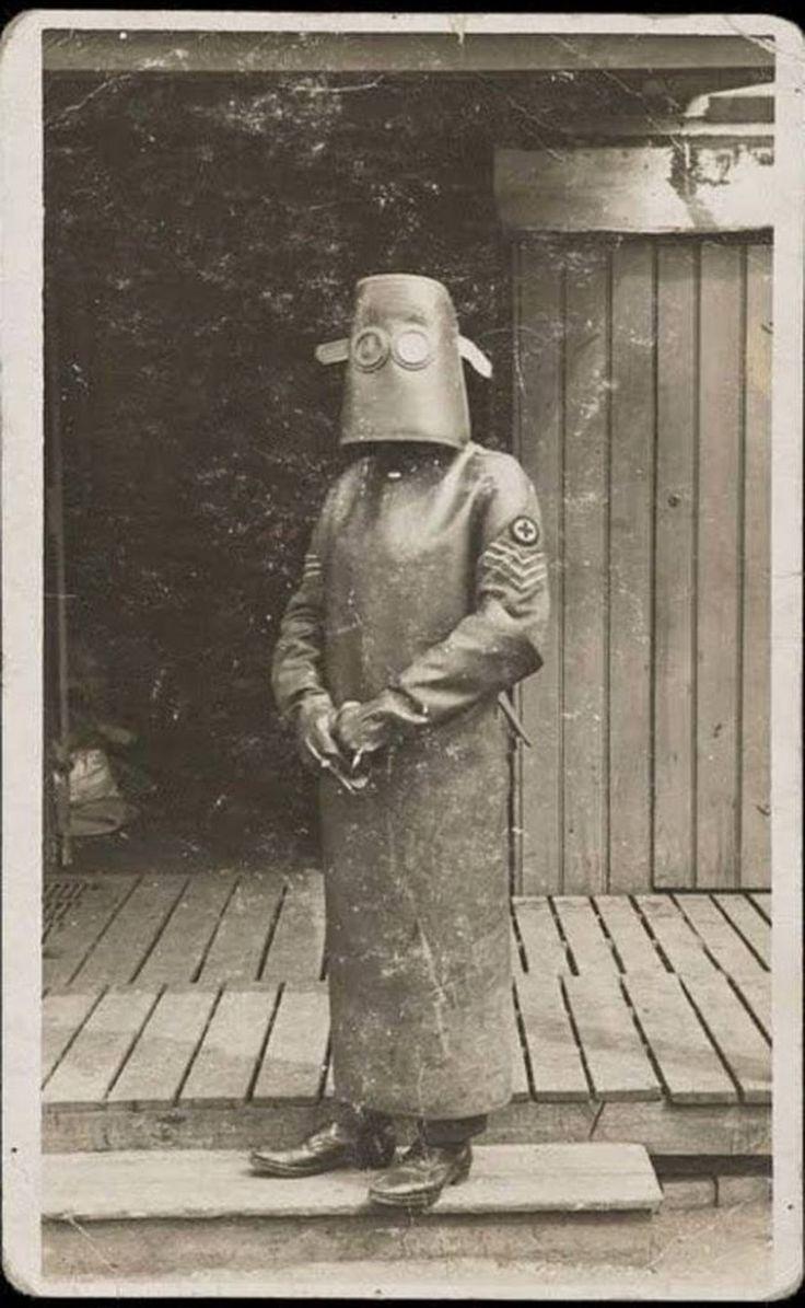 El técnico radiólogo en su equipo de protección, Francia, 1918. - Armando Rosas - Google+