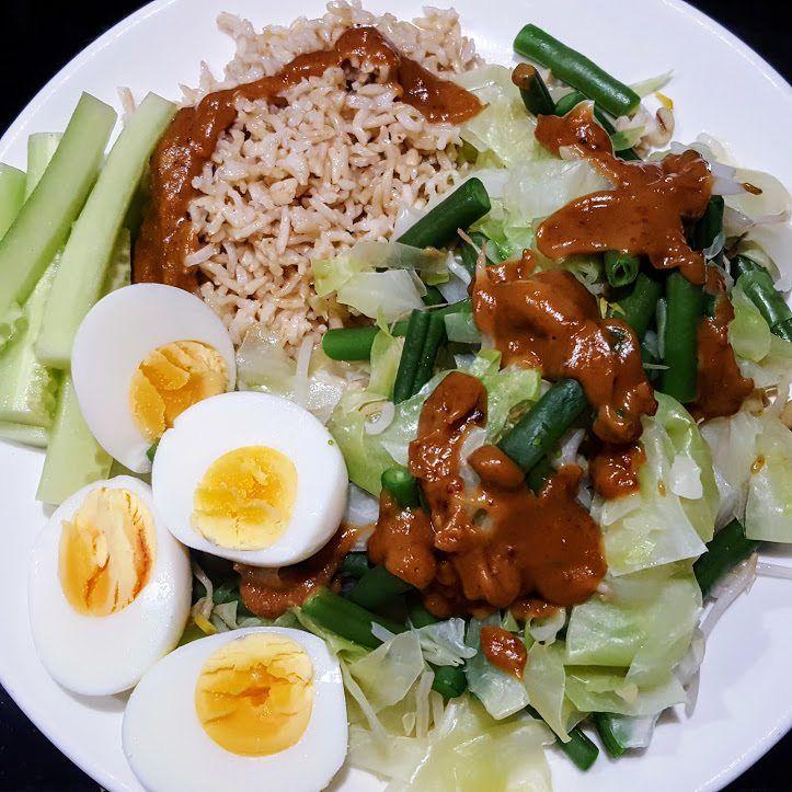Gado gado is een vegetarisch Indonesisch groentegerecht dat makkelijk te maken is en snel klaar is. Er zijn verschillende varianten.