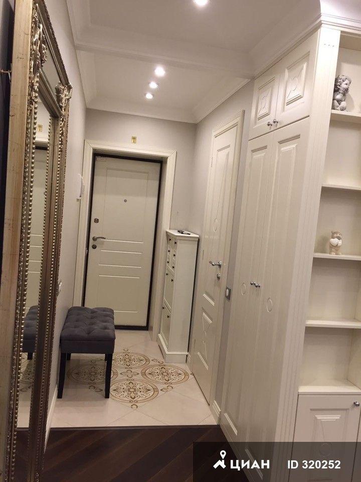 Сдается квартира после дизайнерского евро ремонта премиум класса. После ремонта никто не проживал. По планировке: кухня-гостиная, спальня с гардеробной комнатой. Окна на сквер. В стоимость входит уборка квартиры горничной 1 раз в неделю.