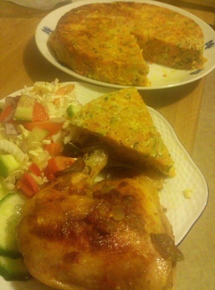 Zvířátkový den - pečené kuřecí stehno a zeleninový dort ... trochu podušená mrkev, cuketa, cibule, pórek, kari nebo jiné koření, nastrouhaný sýr s vajíčky dát do formy a zapéct