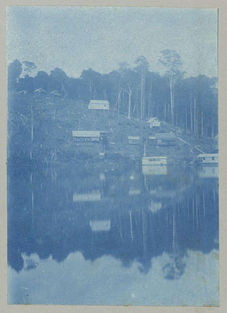anoniem   Mäabo, attributed to Hendrik Dooyer, 1906 - 1913   Gezicht op huizen bij het water bij de Maabo Heuvel, voor de afspuiting ten behoeve van de aanleg van de Lawaspoorweg (1903-1912). Onderdeel van het fotoalbum Souvenir de Voyage (deel 1), over het leven van de familie Dooyer in en rond de plantage Ma Retraite in Suriname in de jaren 1906-1913.