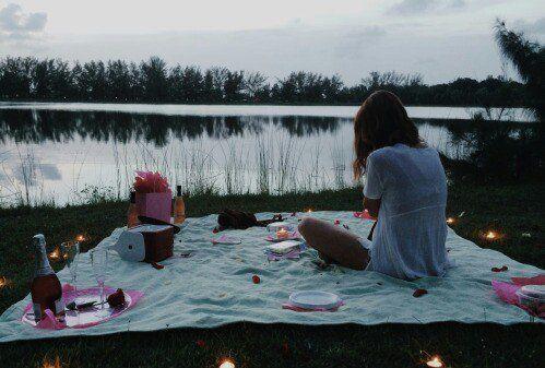¿Por qué no preparar una cena romántica por ti mismo, con un valor sentimental mucho mayor que una cena en un restaurante de lujo? Ambos tendrán una atmósfe