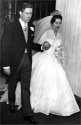 Principessa Margherita e Armstrong Jones - Principessa Margherita e Armstrong Jones. Si sposarono nel maggio 1960. Lei indossava un abito bianco con gonna ampia. Il lungo velo era fermato sui capelli da una corona.