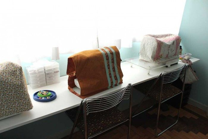 Máquinas de costura com suas capas protetoras do lado de uma bela iluminação natural para trabalhar (crédito da foto: Gigi Serelepe)