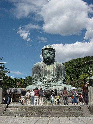 """Religion en Japon Hay tres grandes movimientos de budismo pero el adoptado por Japón es el llamado """"Budismo Mahayana"""" que es el mismo que practican en China"""