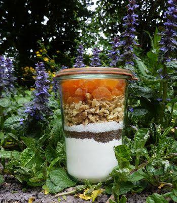 In een glazen (weck)pot van 1 liter gaat:   -250 gram zelfrijzend bakmeel+ een snufje zout   -50 gram donker bruine basterdsuiker (all...