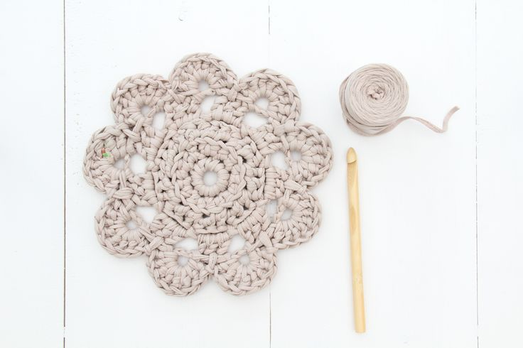This pattern is made with one Hoooked Zpagetti Baby ball per doily. Since it is reclaimed material, variances may occur, however one ball ought to be sufficient for one doily. The pattern below is written in US and UK terms, as well as in Dutch. If there's anything unclear to you, please let me know. …
