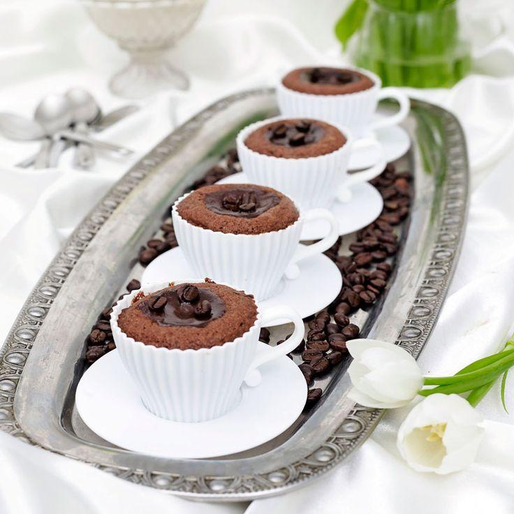 Smarriga kladdkakemuffins med en läcker fyllning av kaffe och grädde.
