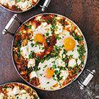Gebakken eieren met feta, tomatensaus en koriander - recept - okoko recepten