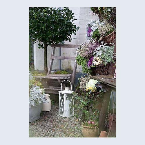 unas flores un farolillo y algo de madera inspiracin para mi terraza