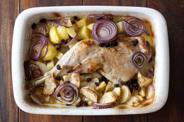 Receta de pata de pavo asada al horno con cebolla roja, manzana reineta y patatas. Carne jugosa y fácil de preparar. Te asombrará su sabor espectacular.