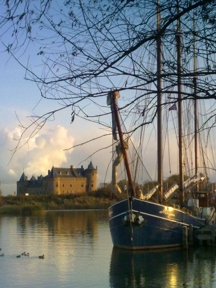Zeilen over het IJsselmeer vanuit het historische stadje Muiden, The Netherlands