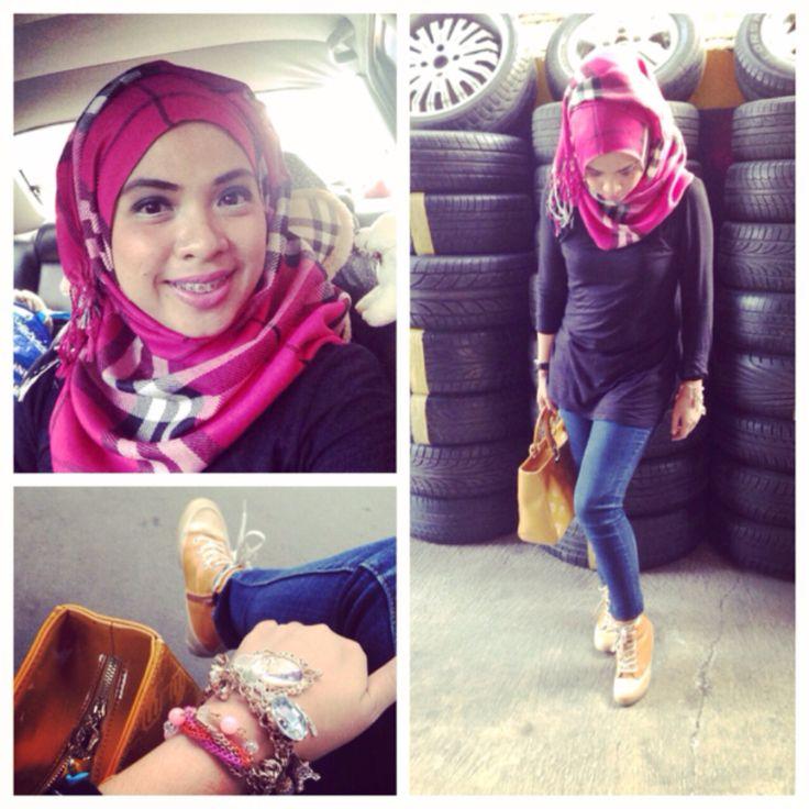 Jins hijab jeans hijab sepatu sneakers semi wedges untuk yang tubuhnya mungil 152cm kayak saya bisa keren juga kan?