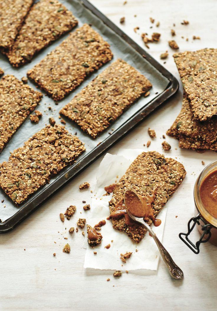 Als je zelf je crackers maakt, weet je precies wat erin zit en kun je ze voedzamer maken dan het Knäckebröd dat je in de supermarkt koopt. En ze zijn ook nog veel lekkerder! Deze heerlijke knapperige broodvervangers eet ik vaak als lunch, met hummus of zelfgemaakte guacamole. Kijk ook dekookvideo. Lieke Heijn / Pim… Read More »