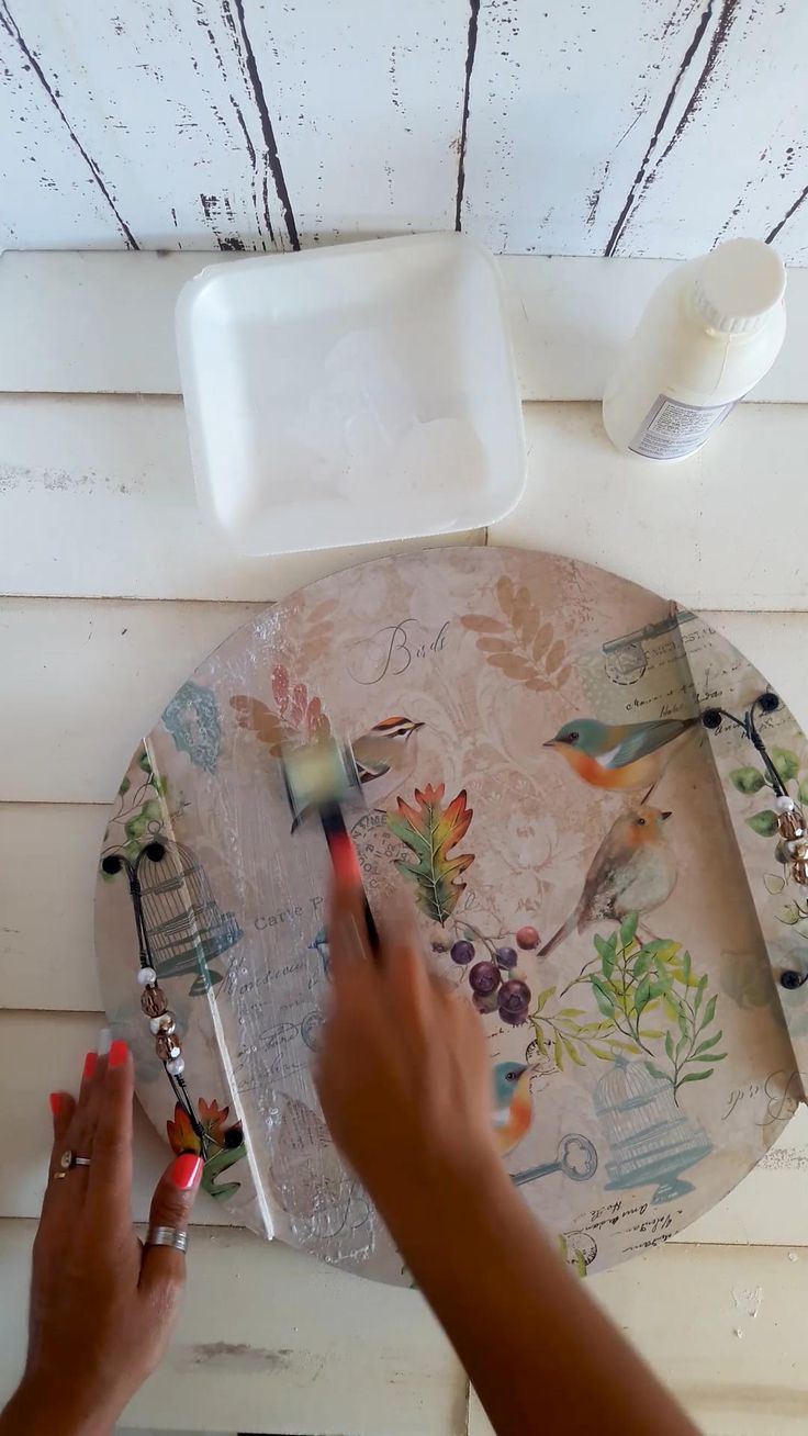 Tutorial paso a paso #decoupage sobre mdf #manualidades #artefibro #tutorial Decoupage Furniture, Decoupage Art, Decoupage Vintage, Diy Resin Crafts, Diy And Crafts, Basket Tray, Diy Home Decor Easy, Wooden Projects, Colored Paper