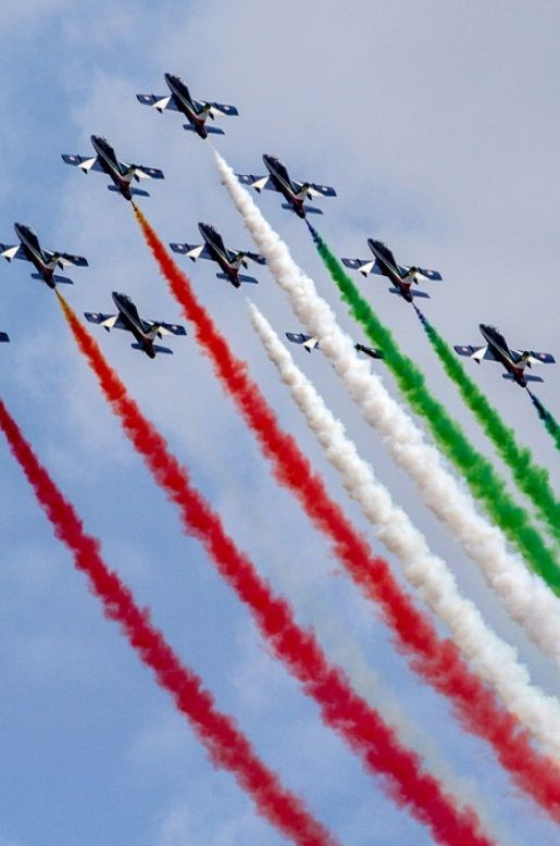 Radom AIR SHOW 2015. Pokaz zespołu akrobacyjnego Włoskich Sił Powietrznych - Frecce Tricolori. http://www.tvn24.pl/zdjecia/radom-air-show-2015,47442,lista.html