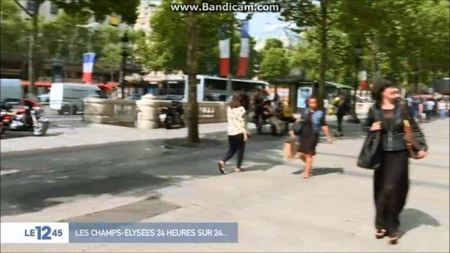 """Une  """"personnal shopper"""" et sa cliente sur les Champs-Élysées."""