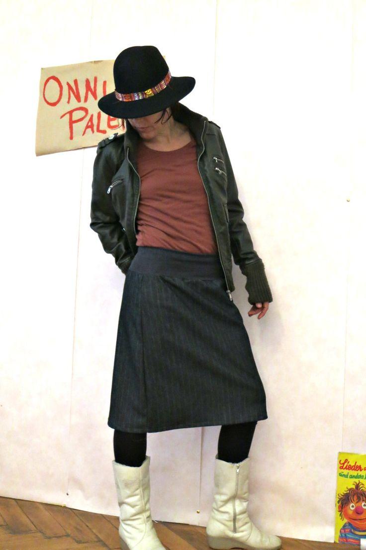 Jeans Rock schwarz mit Nadelstreifen,  Stretch Rock, knielang, midi, schlichter Rock, minimalistischer Rock, chic,  ausgestellter Rock von OnniPalermo auf Etsy