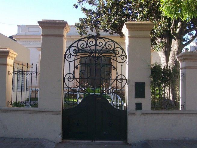 Casa con rejas columnas pinterest rejas fachadas y - Rejas exteriores ...