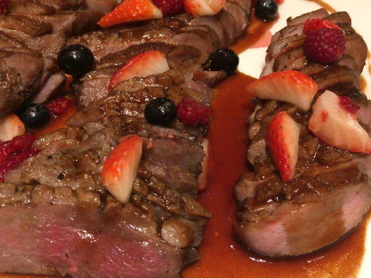 新宿のヒルトンホテルでディナービュッフェ、ローストダックのベリーソース添えが絶品。程好い酸味と甘味のバランスが、お肉と合ってました。
