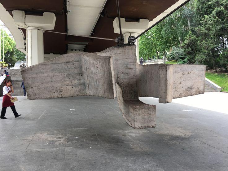 """""""Lugar de encuentros III"""" También llamada """" la sirena varada"""" Eduardo Chillida Primera pieza del artista con encofrados de hormigón"""