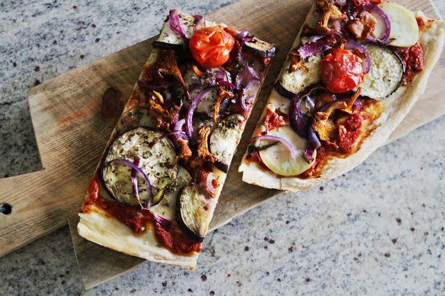 Når jeg lager pizza, er det ofte at jeg bare slenger sammen en kombinasjon  av de grønnsakene som måtte være tilgjengelig. Så lenge de får følge av en  god ost, skal det mye til før det går galt. Denne gangen skal jeg gi dere  oppskriften på en variant som ble ganske så vellykket. Her fikk en deilig  tomatsaus følge av potet, squash og chévre, en kombinasjon som passet  veldig godt.  Høstpizza med tomatsaus, kantareller, squash & chévre  1 tynn pizza  DEIGEN  4 dl fin spelt (evt vanlig…