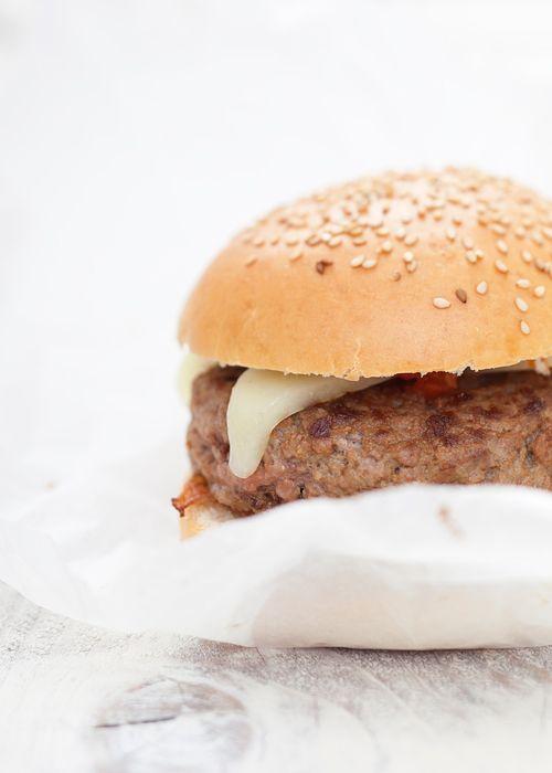 Hamburger Amatriciano. Adoro fare gli hamburger in casa, sono una di quelle cose che danno moltissima soddisfazione. Questo deve essere delizioso :-)