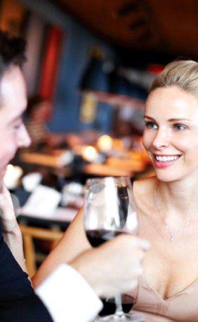 Gi dem gleden av et opphold med romantisk idyll på norsk hotell med lange tradisjoner. En overnatting på romantisk og historisk hotell med høyt servicenivå samt champagne og jordbær ved ankomst vil gi ekteskapet en god start.